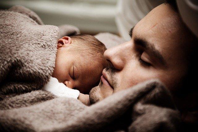 Vater mit Baby und Kuscheldecke
