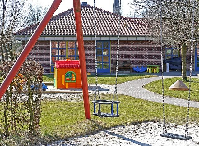 Kindergarten Spielwiese mit Schaukel